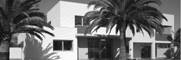 <p>Vivienda en una parcela rectangular de dimensiones escasas, con fuertes vientos en la fachada trasera y que debía resolverse con un presupuesto ajustado. El volumen resultante, con estos condicionantes, debía ser necesariamente compacto, por lo que en la fachada trasera se dispuso una rampa para acceso a la planta sótano de aparcamiento y se limitaron [&hellip;]</p>