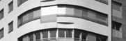 <p>En este edificio se han utilizado en el tratamiento de fachada un revestimiento de paredes de aluminio y de baquelita con aspecto de madera, materiales no habituales en este uso. En el edificio conviven viviendas de diferentes superficies, con un programa adaptado a las demandas del mercado.</p>